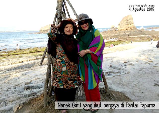Nenek (kiri) yang ikut bergaya di Pantai Papuma