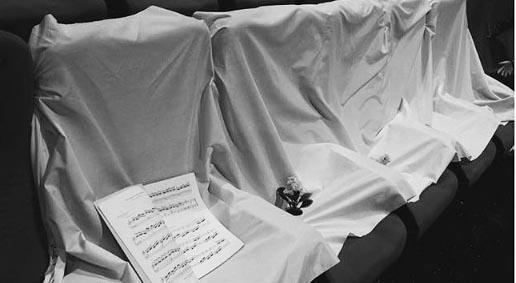 Kursi yang sengaja dikosongi untuk 5 hantu cilik